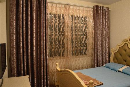 卧室做什么颜色窗帘好看?卧室窗帘材质分类用哪些没甲醇安全?